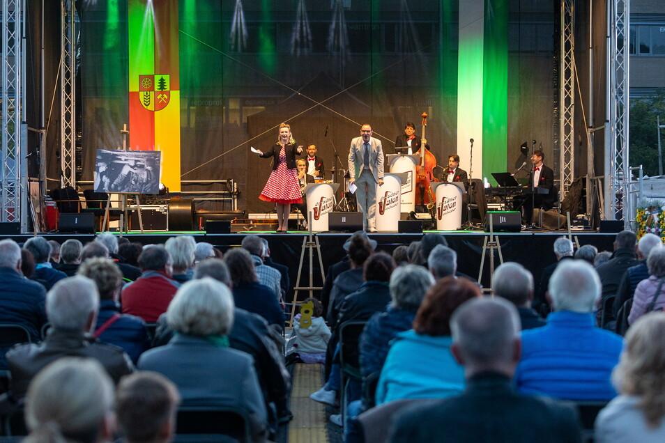 In einer bunten Revue blickten die Spielbühne Freital und das Dresdner Salonorchester, moderiert von der Sängerin Kathy Leen auf 100 Jahre Stadtgeschichte zurück.