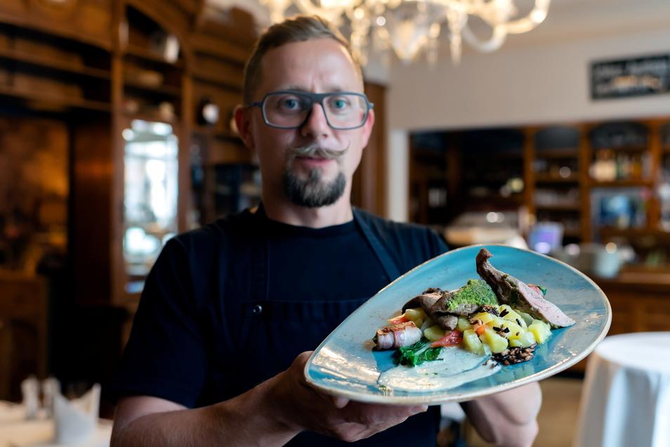 """Im Restaurant """"Wolfgang's"""" im Moments-Hotel gehört irisches Lammfilet mit Senf-Kräuter-Kruste zu den Spezialitäten während der Senfwochen, hier präsentiert von Sebastian Mros."""