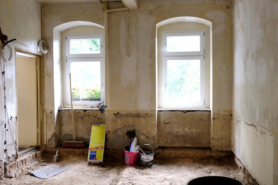 Noch ist in der Arztpraxis in Leuben viel zu tun. Zum 1. Juli müssen die Sanierungsarbeiten fertig sein.
