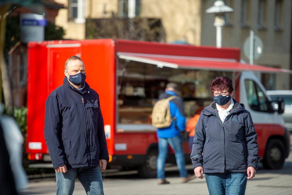 Auf Kontrollgang zum Freitagsmarkt auf dem Coswiger Wettinplatz: Marktleiterin Elvira Winter (rechts) und Lars Kleindienst, stellvertretender Leiter des Ordnungsamtes.