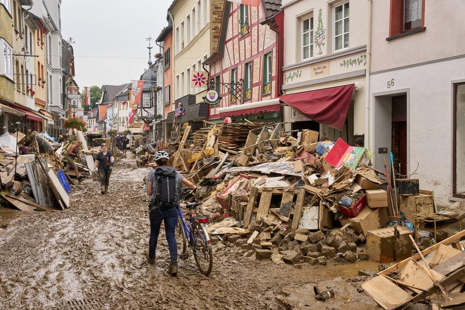 Dresdner Einsatzkräfte haben im überfluteten Ahrweiler geholfen, die Schäden zu beseitigen und Bevölkerung zu versorgen.