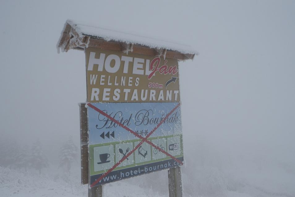 Auch ein Schild im Skigebiet Stürmer weist darauf hin, dass das Hotel Bournak geschlossen ist.