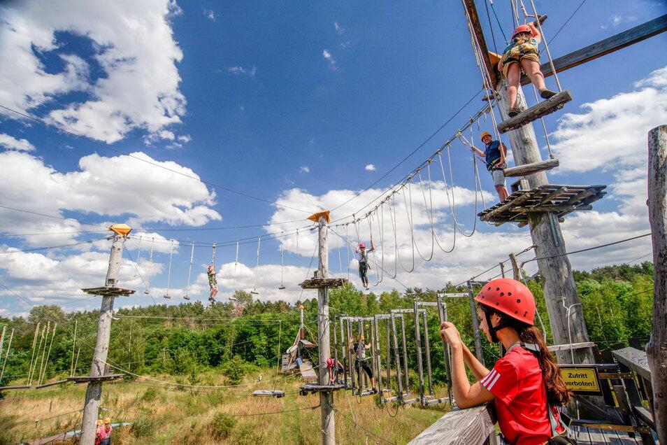 In bis zu zwölf Metern Höhe klettern die Besucher im Hochseilgarten am Bautzener Stausee.