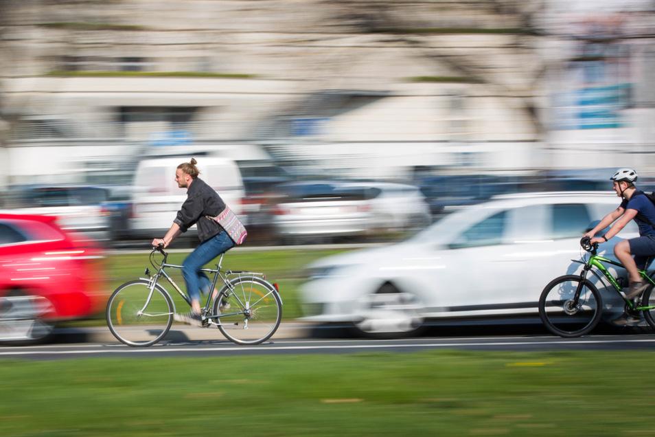 Viele Jahre durfte auf der St. Petersburger Straße geparkt werden. Aus Sicherheitsgründen für Radfahrer fiel der Parkstreifen nun aber weg.