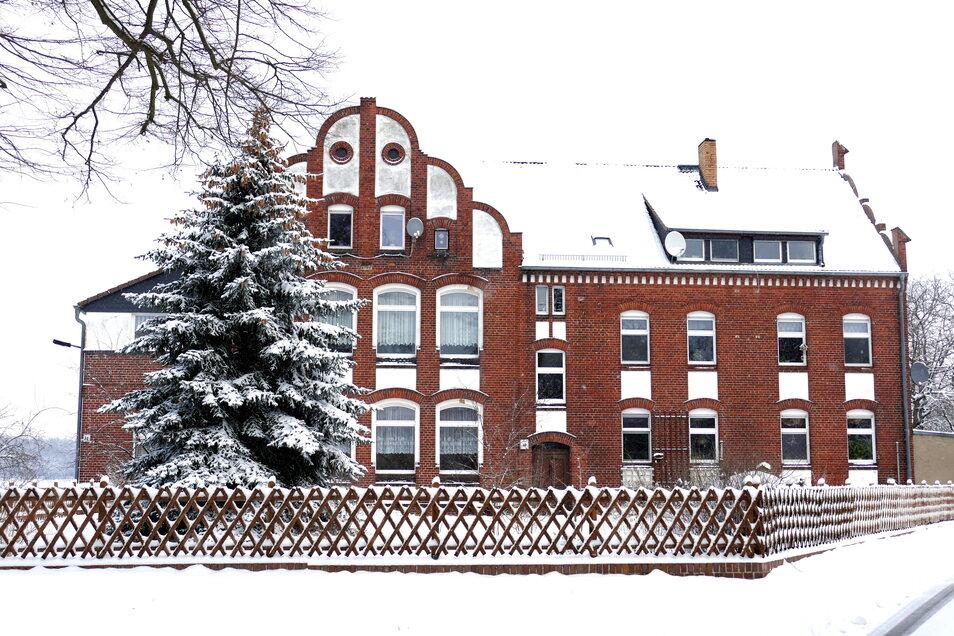 Alte Schule Proschim im Winterzauber 2021. Das Haus ist ebenso gerettet wie das gesamte Dorf – seit 14. Januar steht es fest.