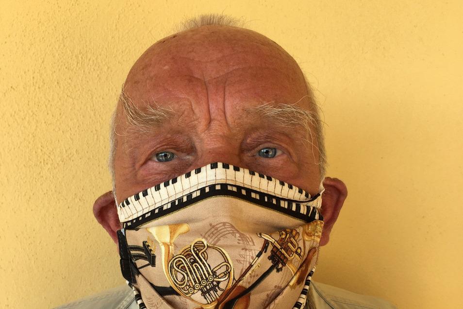 Stilecht trotz Krise: Günter Baby Sommer mit der speziellen Atemschutzmaske, die ihm eine Freundin nähte.