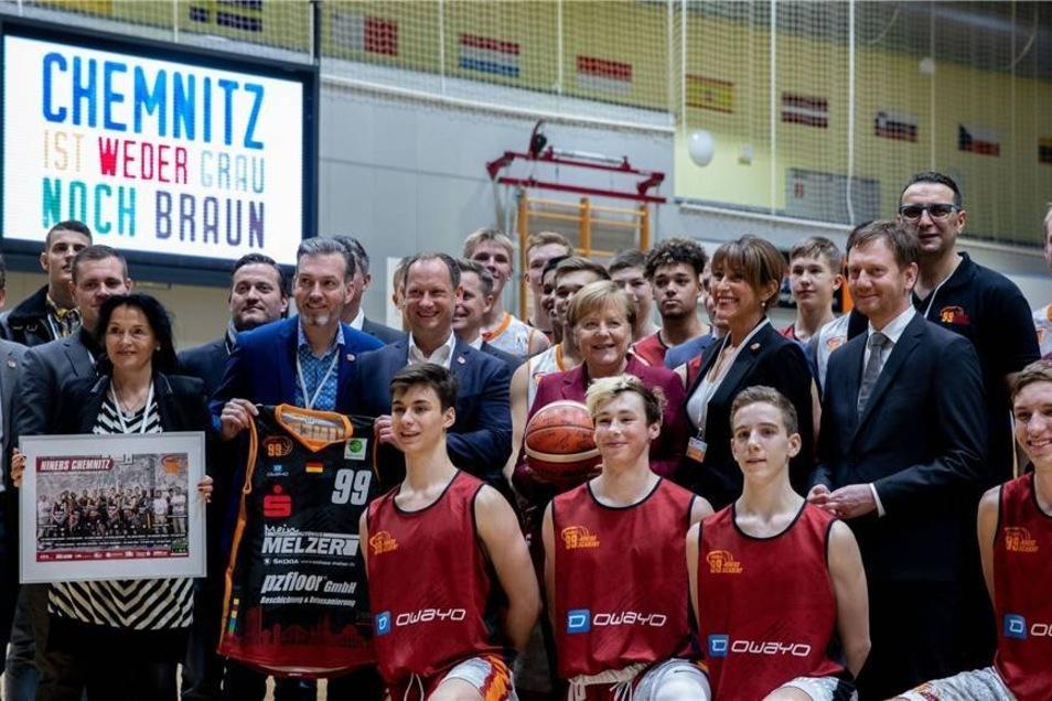 Das offizielle Foto mit Club-Präsidentin Micaela Schönherr (3.v.r), Michael Kretschmer (2.v.r, CDU), Ministerpräsident von Sachsen, Barbara Ludwig (r, SPD), Oberbürgermeisterin von Chemnitz gab es auch noch.