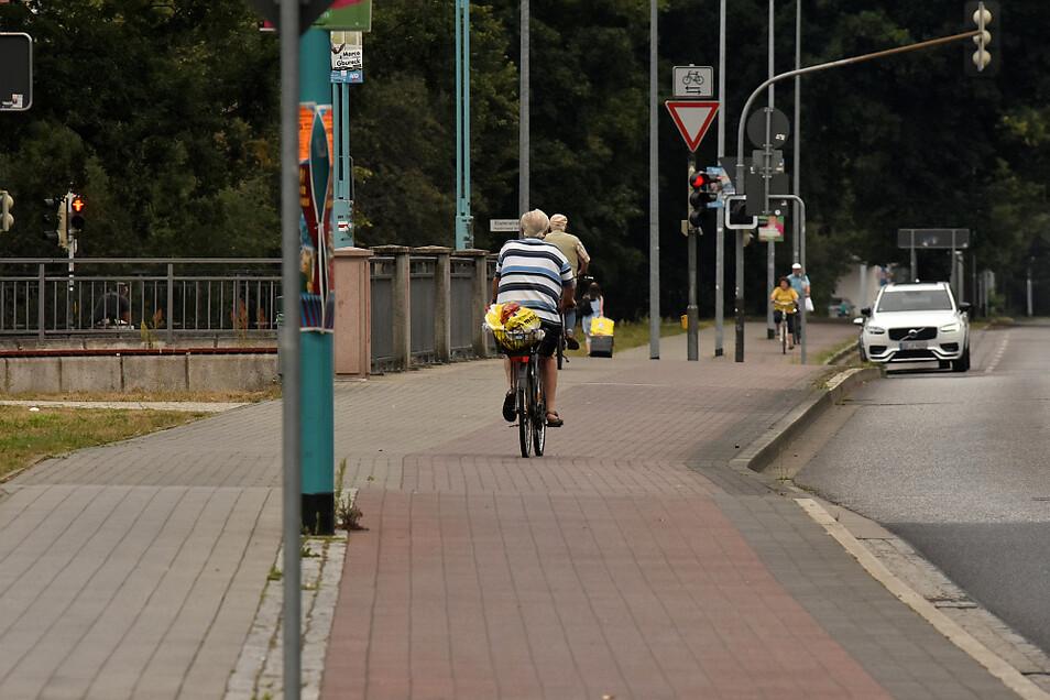 Der Mann im gestreiften Oberteil – bitte 15 Euro Bußgeld zahlen wegen Verstoßes gegen das Rechtsfahrgebot. Der Herr davor bitte noch 55 Euro extra wegen Fahren auf dem Gehweg.
