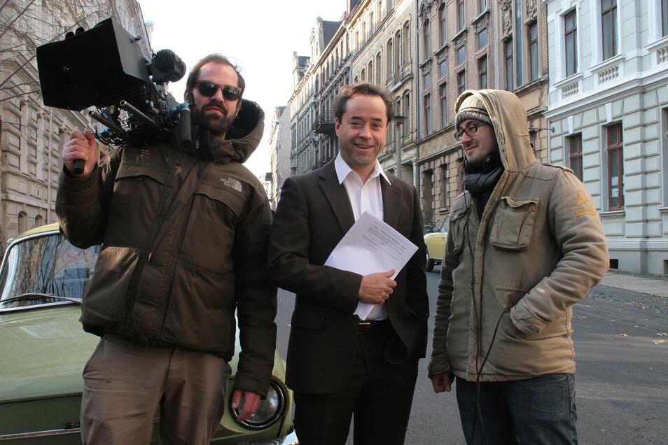 """Drehort Emmerichstraße: Schauspieler Jan Josef Liefers (Mitte) drehte unter anderem hier im Herbst 2011 """"Der Turm""""."""