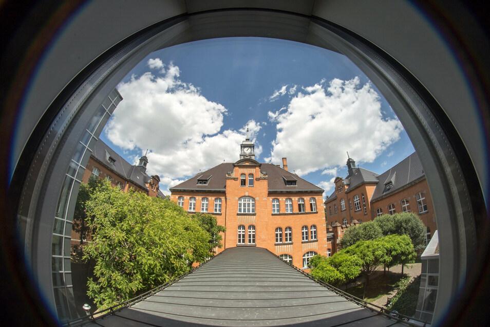 Der rote Klinkerbau ist typisch für das Klinikum in Görlitz.