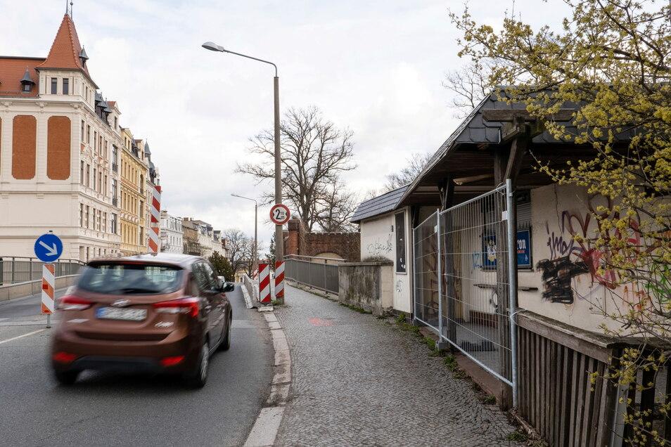 Der Blockhauskiosk (rechts) wird abgerissen. An seiner Stelle soll die Behelfsbrücke für Fußgänger gebaut werden. Dann wird die Blockhausbrücke abgerissen.