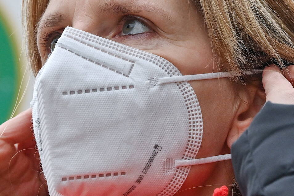 Eine Frau trägt eine FFP2-Schutzmaske. Maximal drei Mal lässt sich solch eine Maske im Beutel auskochen - nach Expertenmeinung ist das Auskochen die sicherste Methode.
