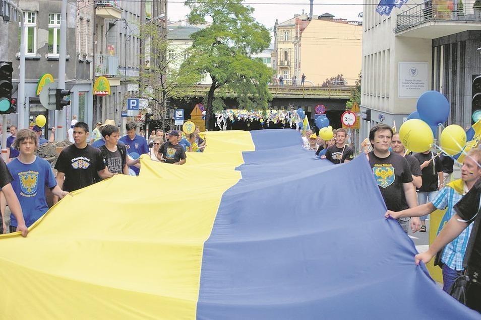 Angehörige der deutschen Minderheit in Oberschlesien tragen die oberschlesische Flagge durch Kattowitz. Rund 148.000 Angehörige zählt die Minderheit in Polen.