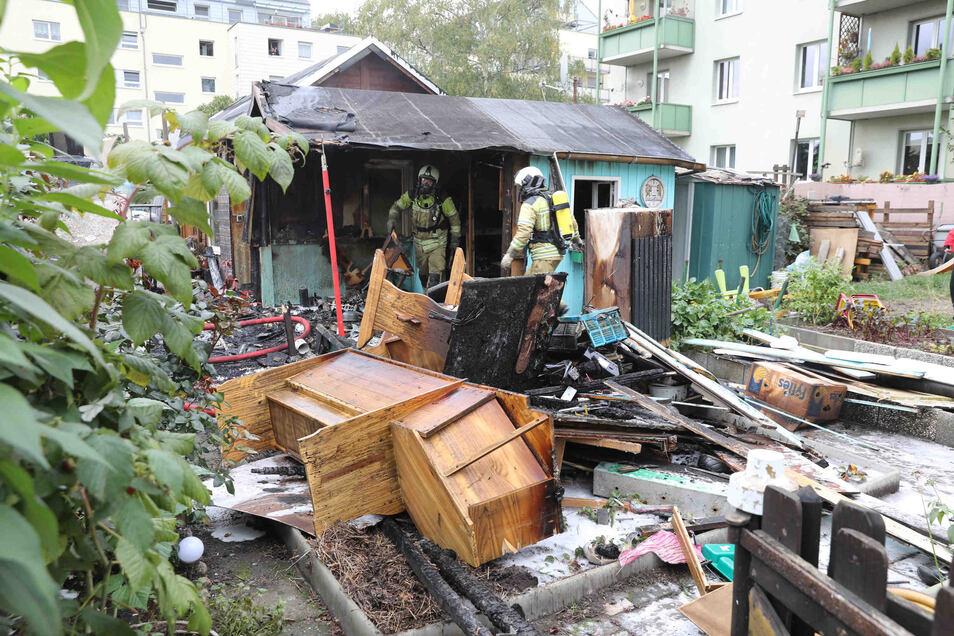 Eine Gartenlaube und ein benachbartes Gerätehaus in Dresden-Pischen wurden am Sonntag durch ein Feuer völlig zerstört.