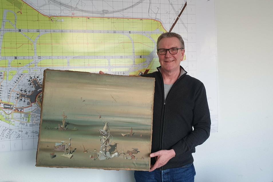 Kriminalhauptkommissar Michael Dietz hält das Gemälde des surrealistischen französischen Malers Yves Tanguy in den Händen.