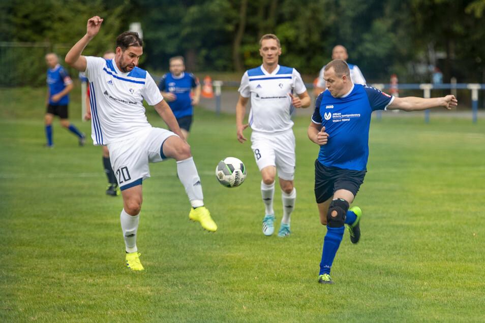 Pavel Bursa (links) und Daniel Krause (2. v. r.) zogen nach 120 spannenden Pokalminuten mit Langburkersdorf in die nächste Runde ein.