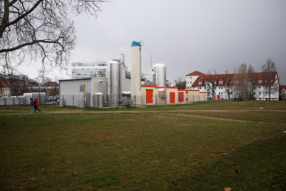 Das Heizkraftwerk Bebelstraße liegt in Sichtweite des Riesaer Krankenhauses. Die Stadtwerke wollen nun die Wiese ringsum kaufen - das hat auch mit dem benachbarten Pflegeheim zu tun.
