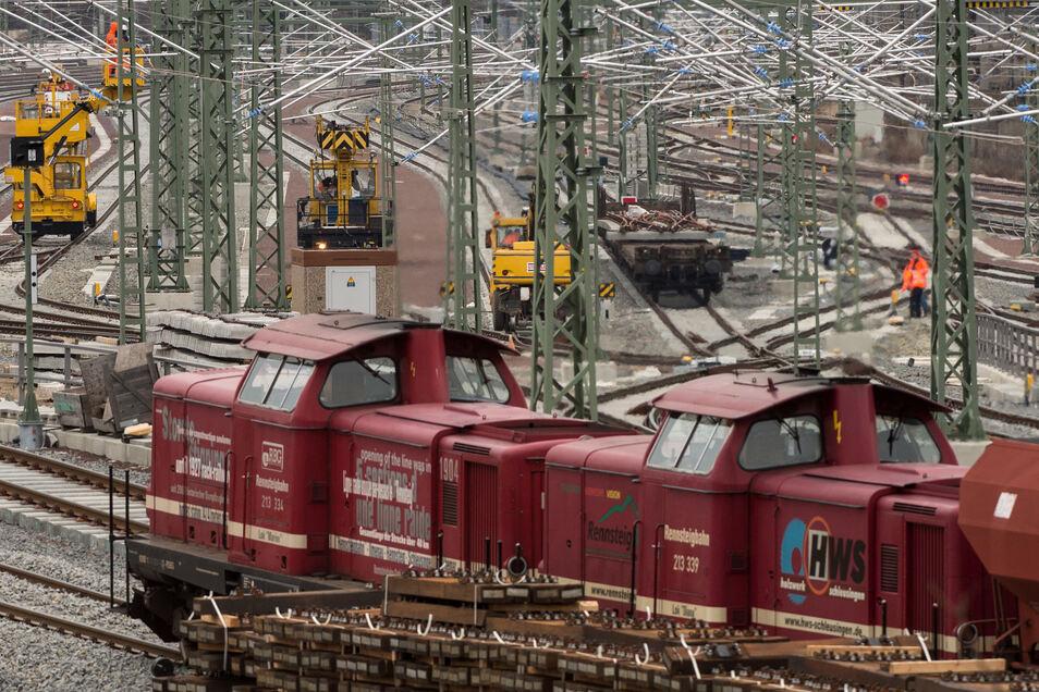 Bahnarbeiter arbeiten im Bereich des Hauptbahnhofes in Halle/Saale an der Oberleitung.
