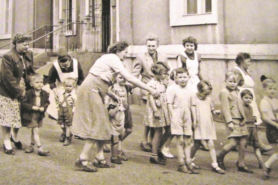 Die historische Aufnahme zeigt Gruppen des dort untergebrachten Betriebskindergartens 1956 vor der Villa.