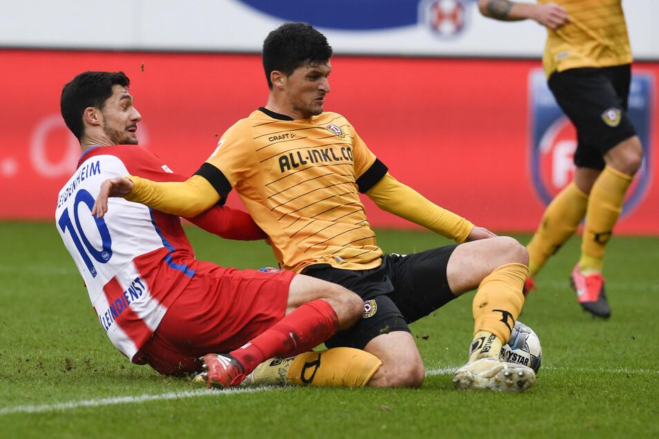 Immer wieder Tim Kleindienst. Heidenheims Stürmer beschäftigt Dynamos Abwehr, hier Jannis Nikolaou.