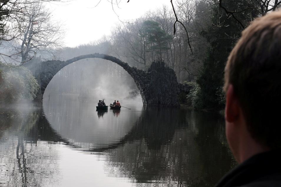 """2017 wurde für """"Der Zauberlehrling"""" ebenfalls vor der malerischen Brückenkulisse in Kromlau gedreht. Im Wasser spiegelt sich die Brücke so, dass es einen vollständigen Kreis ergibt."""