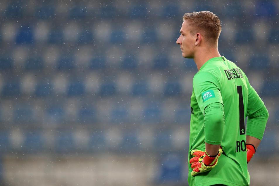 Dynamo-Torwart musste bereits einmal hinter sich greifen, aber die Dresdner wehren sich in Bielefeld.