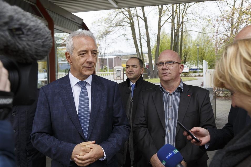 René Straube (re.) vor drei Jahren, als der damalige Ministerpräsident Sachsens, Stanislaw Tillich (li.), das Bombardier-Werk besuchte.