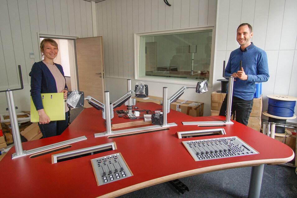Hier sendet bald der MDR aus Bautzen: Architektin Lisa Berger und Hausverwalter Peter Stange zeigen das neue Studio im Postgebäude.