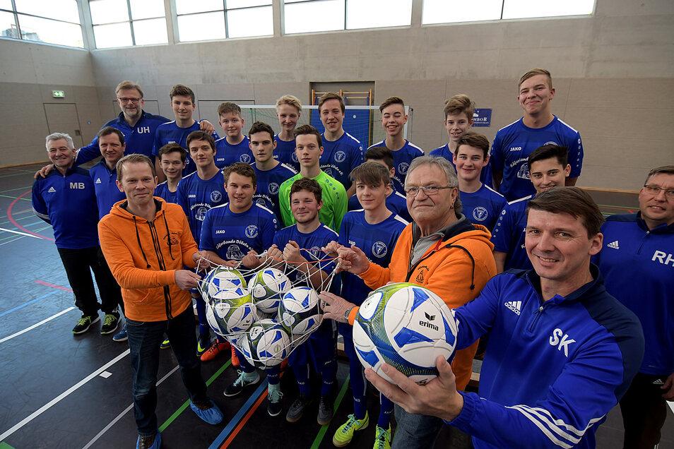 Ein paar neue Bälle sind auch mit dabei: Rico Edenhofner und Karl-Heinz Schubert von der Döbelner Käferbande übergaben am Sonnabend Spielbekleidung an die B-Jugendmannschaft der Spielgemeinschaft Roßwein-Zschaitz-Hochweitzschen.