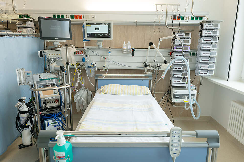 Die Uniklinik Dresden ist das am modernsten und besten ausgestattete Krankenhaus in Sachsen. Das Bild zeigt ein Intensivbett auf einer Intensivstation. Links neben dem Bett steht eine Herz-Lungen-Maschine, oben befinden sich die Überwachungsmonitore für d