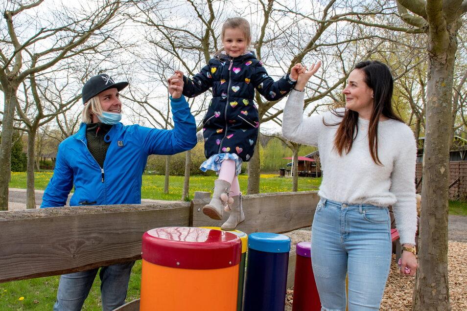 Emma(4, Mitte) und ihre Eltern Steffi Füleki (rechts) und Maik Füssel aus Dresden freuen sich sichtlich über den geöffneten Sonnenlandpark. Sie haben gleich verschiedene Spielgeräte ausprobiert.