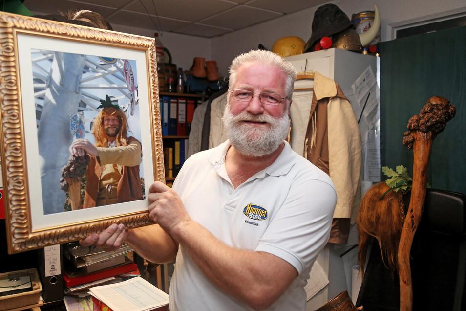 15 Jahre liegen dazwischen: Gunter Spies auf seinem ersten Foto als Riesaer Riese (l.) und heute. Der 54-Jährige arbeitet als Braumeister im Riesaer Hammerbräu – im Riesenhügel.