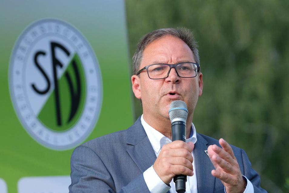 Der sächsische Fußballchef und frühere Landespolitiker Hermann Winkler bewirbt sich um das höchste Ehrenamt im Fußball-Osten. Gewählt wird an diesem Donnerstag.