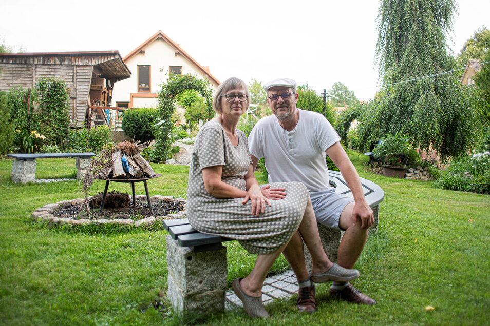 Manuela und Thomas Schöne genießen das große Gelände hinterm Haus an der Pulsnitzer Straße in Kamenz. Dass es hier so viel Grün und damit verbundene Ruhe gibt, wissen die wenigsten.