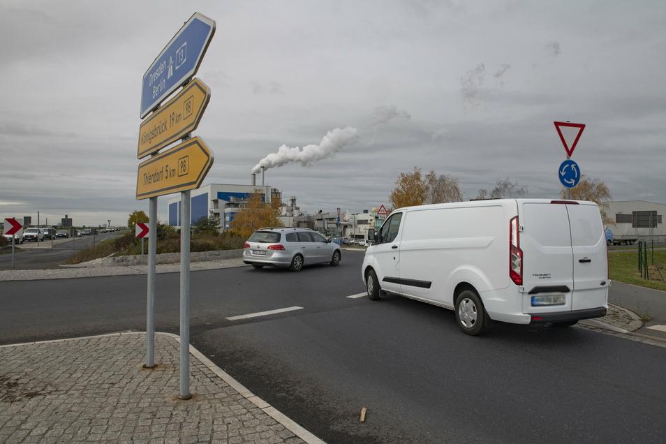Vorsichtig tastet sich ein Transporter am Mühlbacher Kreisverkehr vor. Ein Fahrstil, der dem Juniorchef eines Schönfelder Unternehmens sehr gefallen dürfte.