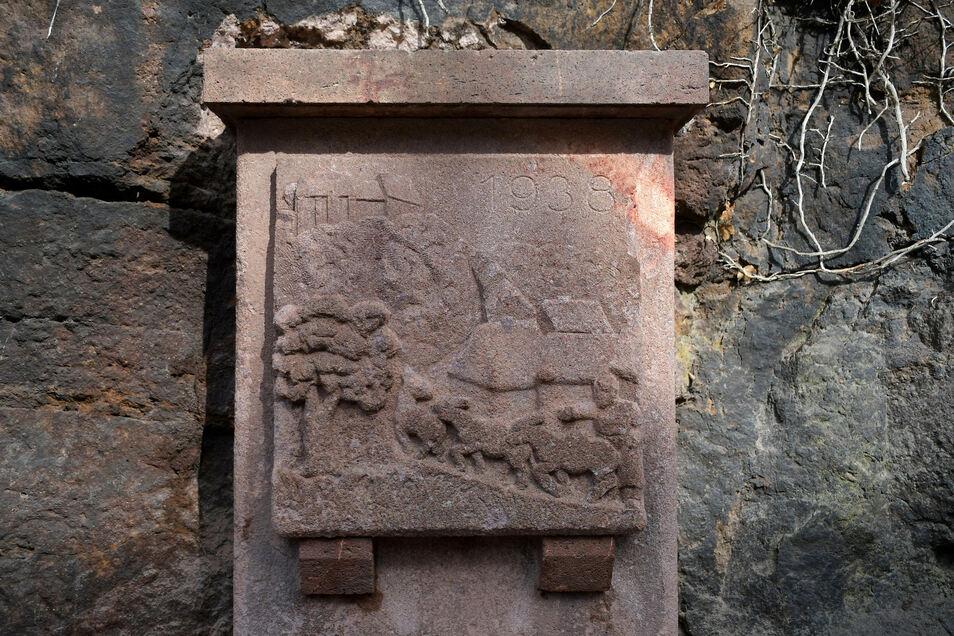 """Das Brunnenoberteil mit dem Eselrelief ist """"nur"""" gereinigt worden."""