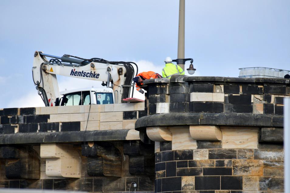 Begonnen werden konnte damit, über dem vierten Brückenbogen die Sandstein-Brüstung wieder aufzubauen.