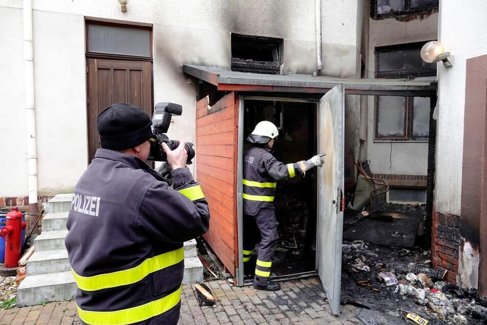 Nach dem Feuer in einem Schuppen im Hof eines Hauses an der Döbelner Bahnhofstraße haben sich die Brandursachenermittler dort umgesehen.