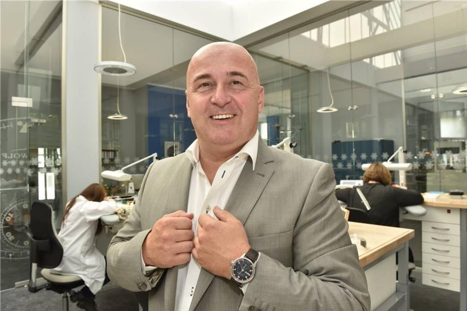 Unter Geschäftsführer Jürgen Werner wird im Oktober 2014 der Firmen- und Markennamen von Hemess in C.H. Wolf geändert. Letzterer war vor 150 Jahren ein anerkannter Turmuhrmacher.