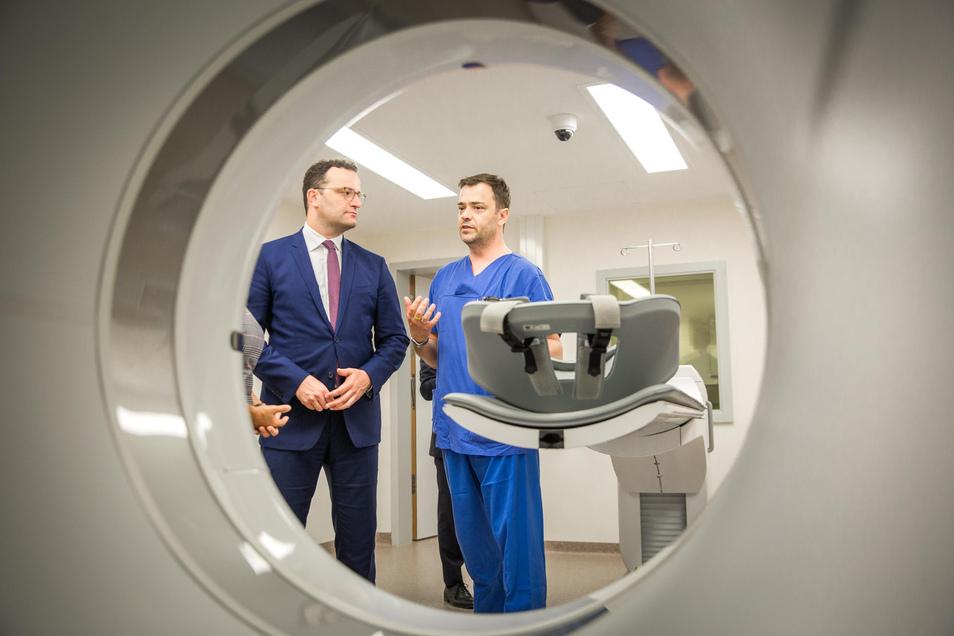 Derzeit ein häufiger Gast im Freistaat Sachsen: Bundesgesundheitsminister Jens Spahn am Montag im Gespräch mit Dr. med. Jan-Henning Schierz im Krankenhaus Dresden-Friedrichstadt.