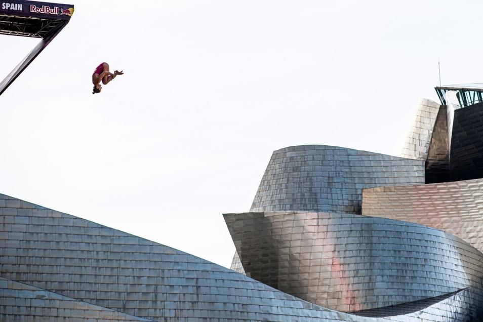 Auch wenn es so aussieht: Iris Schmidbauer springt beim Saisonfinale der Klippenspringer in Bilbao nicht ins Guggenheim-Museum.