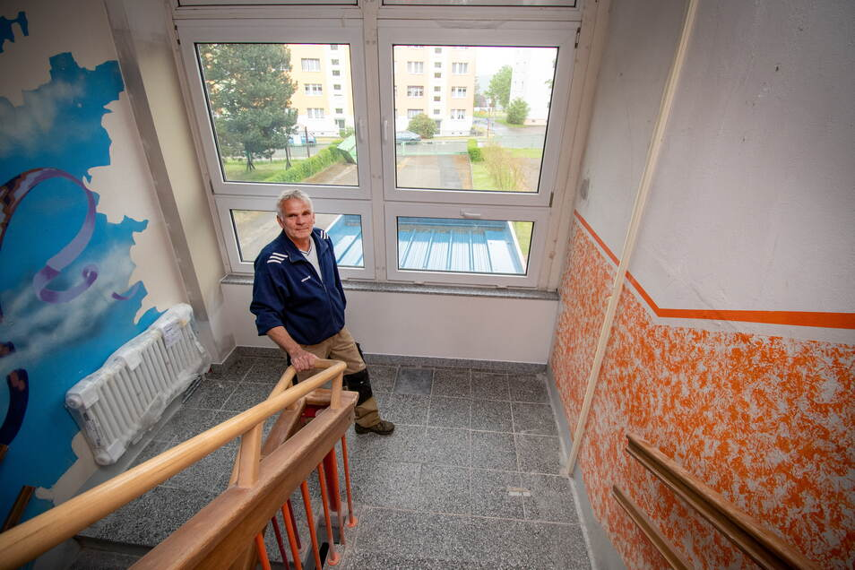 Schulhausmeister Steffen Schwitzky freut sich, dass die neue Heizung bereits in der Grundschule in Roßwein installiert ist, neue Heizkörper auch im Treppenhaus angebracht sind. Doch jetzt geht es zunächst einmal nicht weiter.