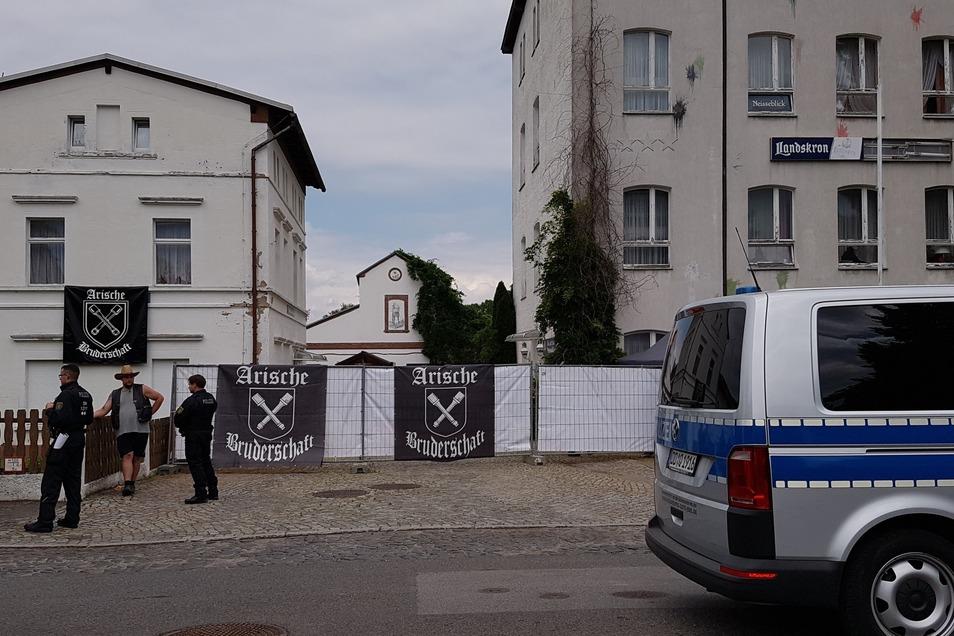"""Am Eingang des Geländes prangen die Symbole der """"Arischen Bruderschaft"""", einer Neonazi-Truppe, die ein aneine berüchtigte SS-Division angelehntes Symbol verwendet."""