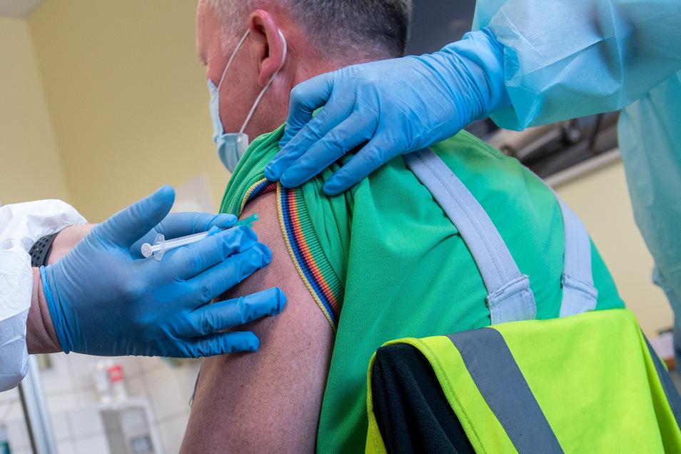 Rund 20 Prozent der etwa 83 Millionen Menschen in Deutschland haben mindestens eine Impfdosis gegen das Coronavirus bekommen.