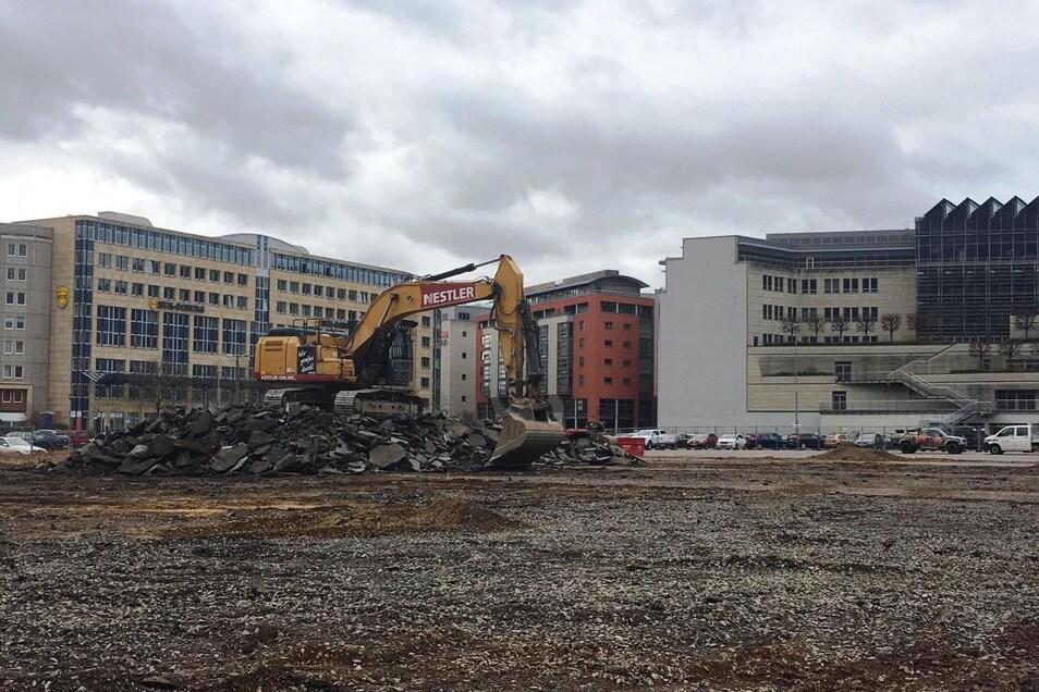 Auf dem Ferdinandplatz in Dresden haben die Arbeiten für das neue Verwaltungszentrum begonnen. Zunächst wird metertief gegraben.