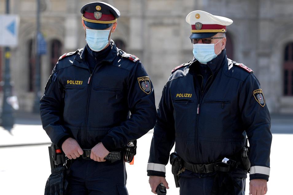 Österreichs Polizisten sind mit Mundschutz auf Streife.