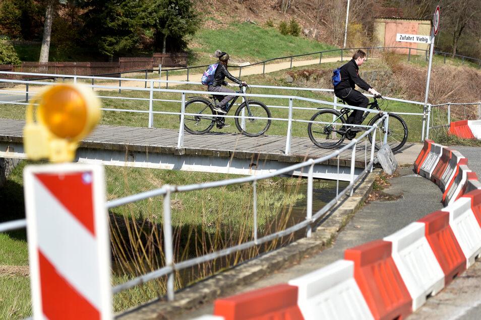 Klein, marode und wenig Tragkraft: Die Baldaufbrücke in Kunnersdorf wird abgerissen und 50 Meter flussaufwärts wieder neu aufgebaut.