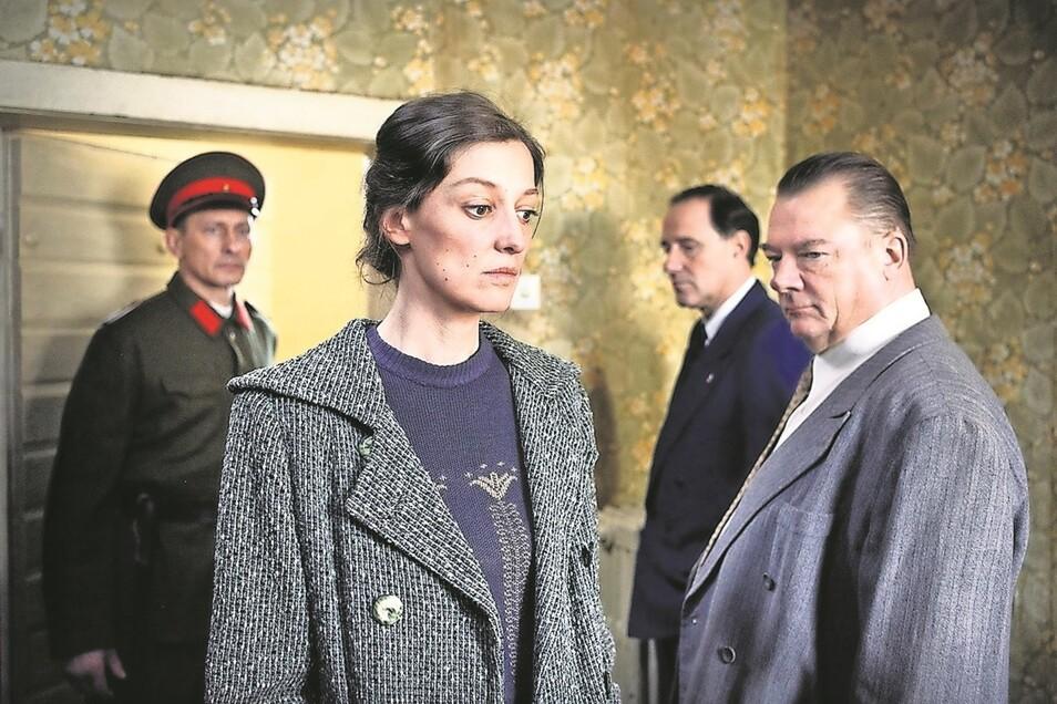 Antonia (Alexandra Maria Lara) muss es einsehen: Von Nazis gequälten Kommunisten wie ihrem Verhörer (Peter Kurth, r.) kann sie nicht erzählen, dass Kommunisten auch von Kommunisten gequält werden.