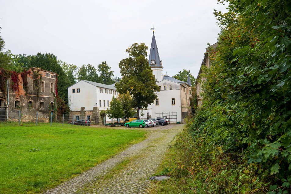 In den noch maroden Nebengebäuden von Schloss Nöthnitz sollen ab nächstes Jahr Eigentumswohnungen entstehen.