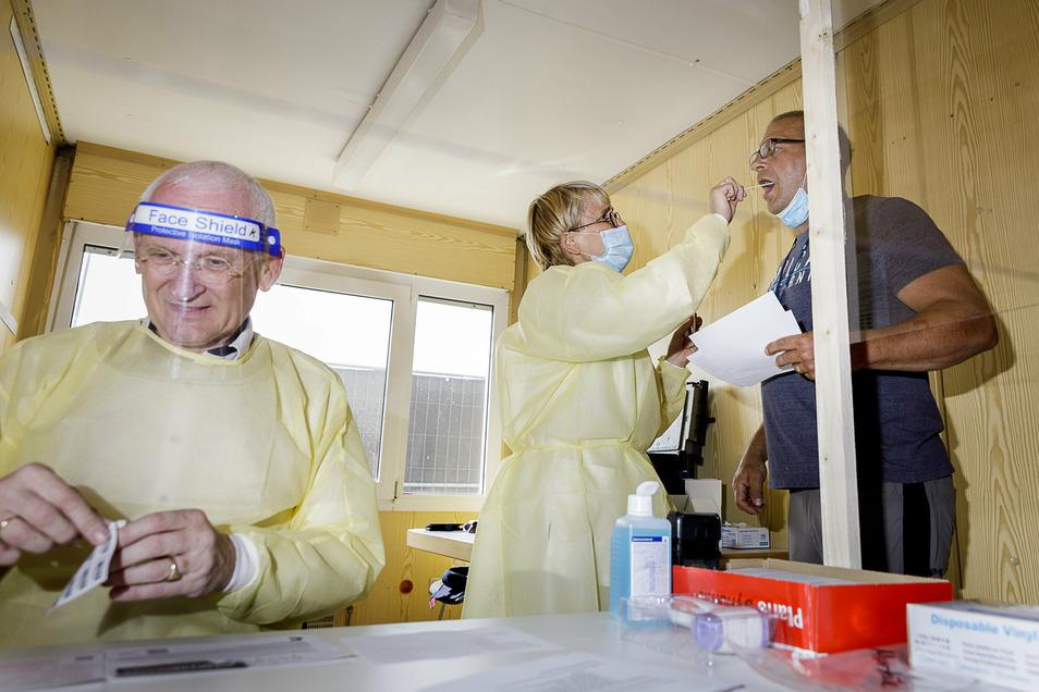 Der Chef der Kassenärztlichen Vereinigung, Klaus Heckemann (li.), nahm im Corona-Testzentrum an der A4 bei Görlitz die ersten Abstriche.